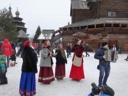 Народный ансамбль исполняет веселые песни - колядки