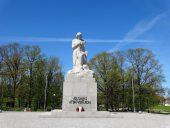 Скульптура Лачплесиса в парке у елгавского вокзала