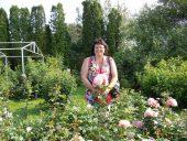 В окружении роз