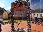 Во дворе Музея живого серебра