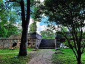 На возвышении - кладбище баронов